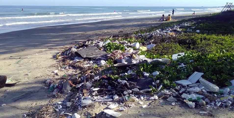limbah sampah plastik di pinggir pantai